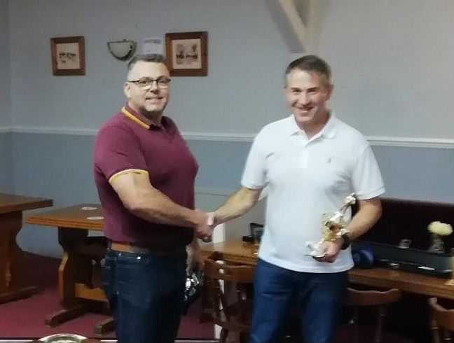 Ian Pitman presents Mark Carter with the snooker trophy 29.09.18